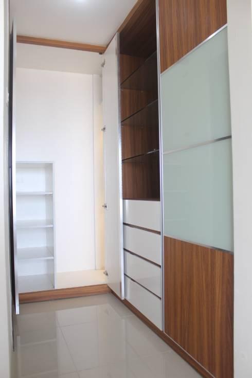 Galeri Ciumbuleuit III - Tipe 3 bedroom:  Ruang Ganti by POWL Studio