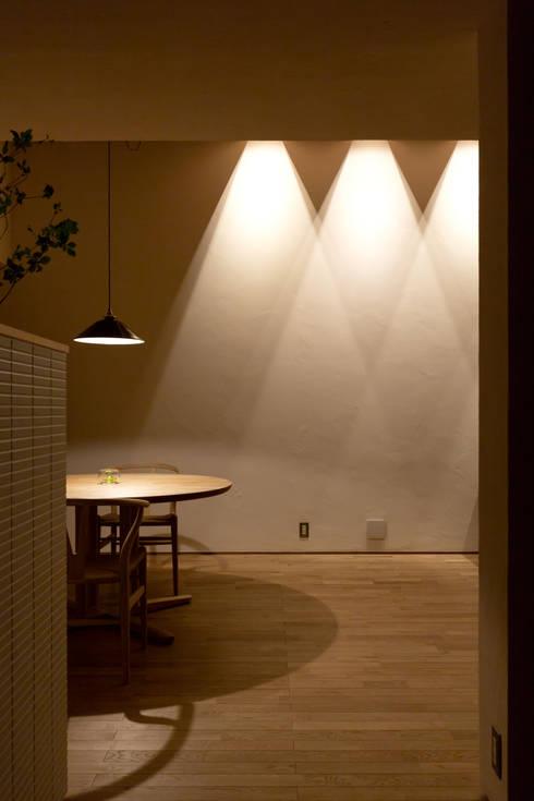 ダイニング 間接照明: まんなみ設計室が手掛けたダイニングです。