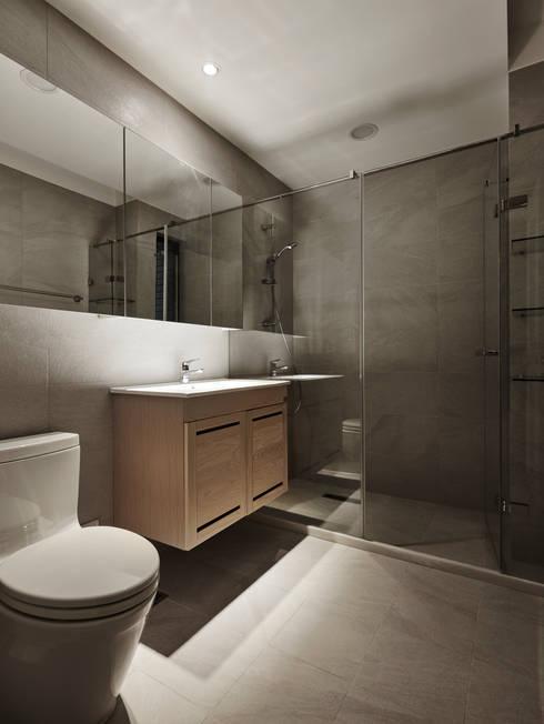 綠引光態 light with green wall  :  浴室 by 耀昀創意設計有限公司/Alfonso Ideas
