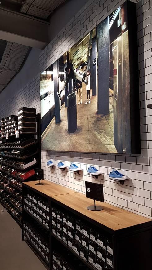 Conceçãodoprojetoe design - Loja Converse - FreeportFashionOutlet,emLisboa: Lojas e espaços comerciais  por ERN Construções Lda