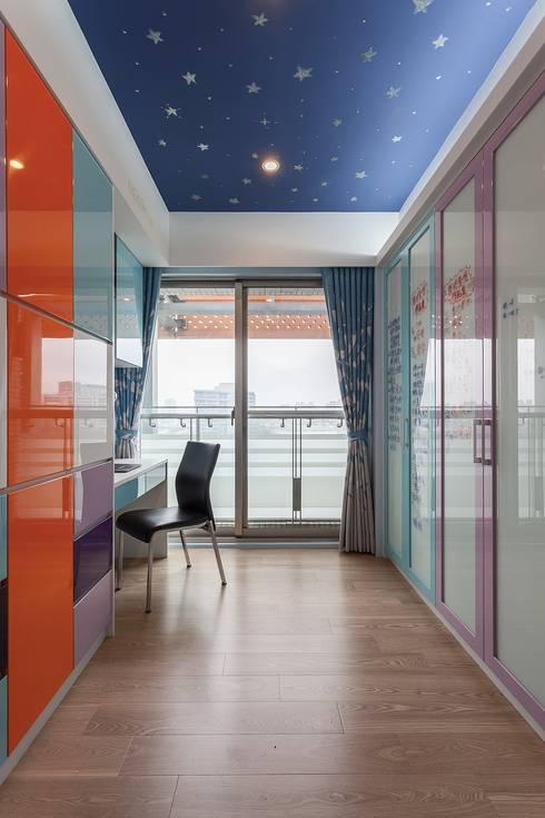 書房:  書房/辦公室 by 鼎士達室內裝修企劃