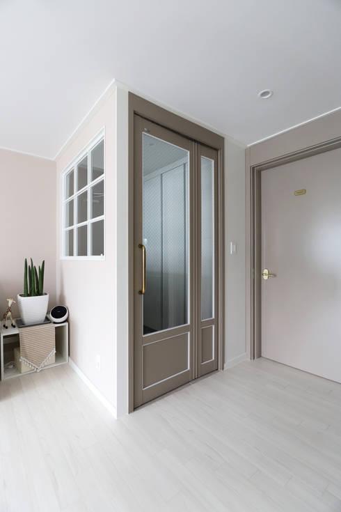 자양동 현대 2차 31평: 디자인담다의  복도 & 현관