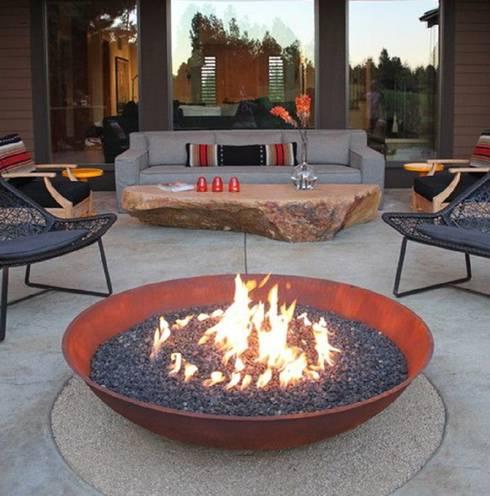 Fire Bowl a gas: Balcones y terrazas de estilo  por Grupo Cinco Chimeneas