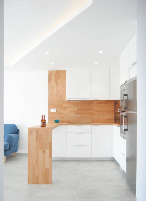Cocina en L fabricada con encimara de madera y muebles en blanco: Cocinas integrales de estilo  de Loft 26