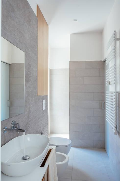 bagno grande: Bagno in stile  di manuarino architettura design comunicazione