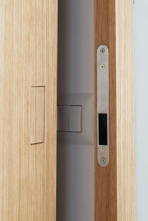maniglia a scomparsa: Porte in legno in stile  di manuarino architettura design comunicazione