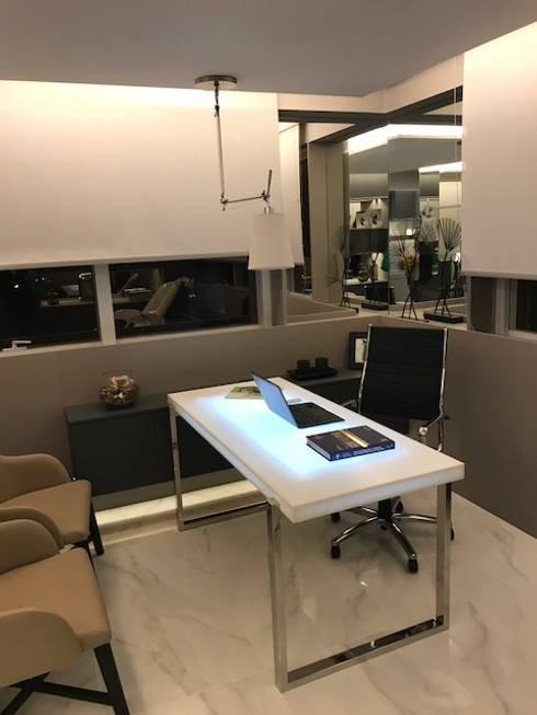 Decoração e Interiores  Detalhe mesa do médico: Escritório e loja  por BG arquitetura   Projetos Comerciais
