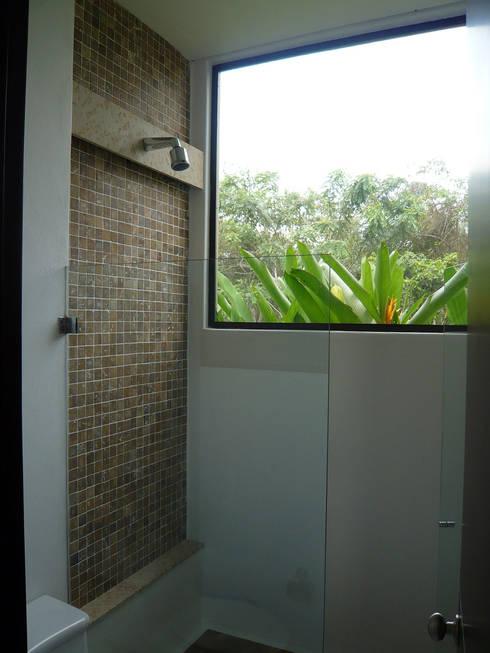 CASA MESA DE YEGUAS V-40: Baños de estilo  por NOAH Proyectos SAS