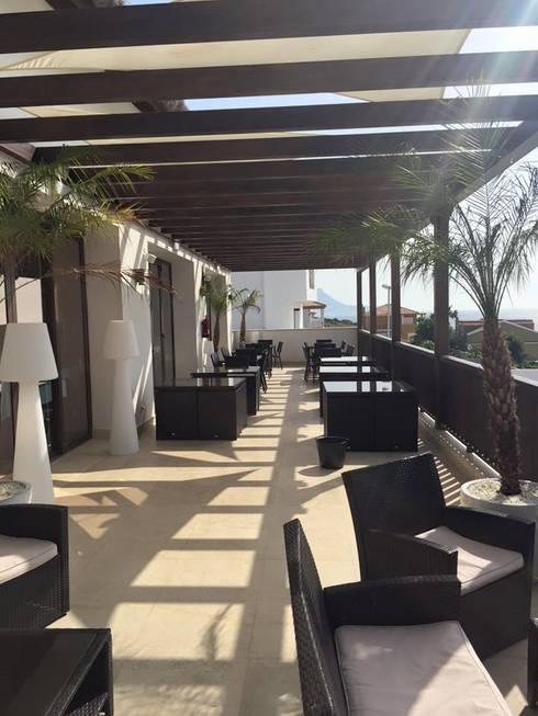 Balcones, porches y terrazas de estilo  por ESTRUCTURAS DE MADERAS RIGÓN, S.L.U.