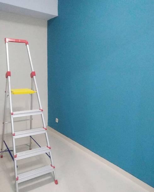 Pekerjaan perapihan lantai dan dinding baru:  Ruang Kerja by ADEA