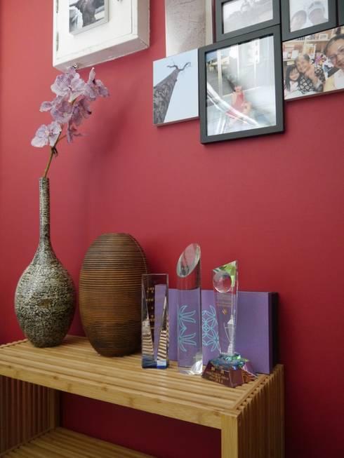 紅色的牆壁將室內增添歡樂的氣氛:  牆面 by G.T. DESIGN 大楨室內裝修有限公司
