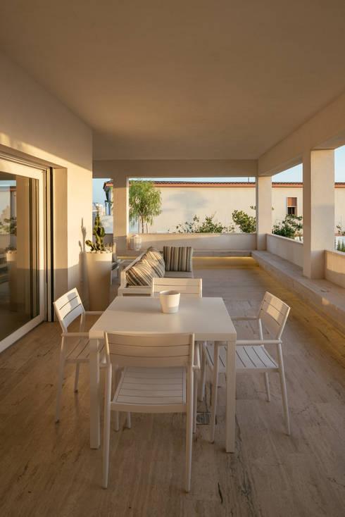 Villa Passariello: Sala da pranzo in stile  di manuarino architettura design comunicazione
