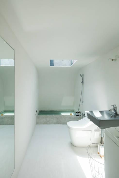 草屋根の家: TENKが手掛けた浴室です。