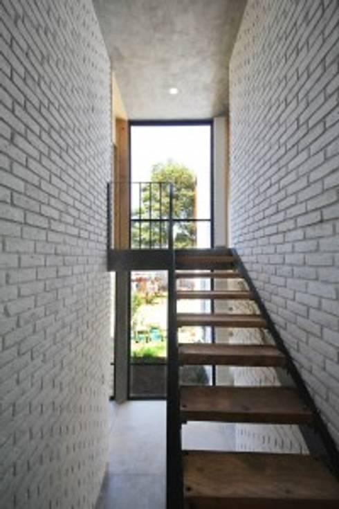 Casa Santa Rita: Escaleras de estilo  por Apaloosa Estudio de Arquitectura y Diseño