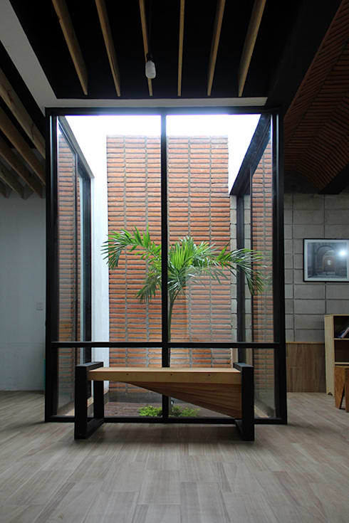 Casa Jardín: Pasillos y recibidores de estilo  por Apaloosa Estudio de Arquitectura y Diseño