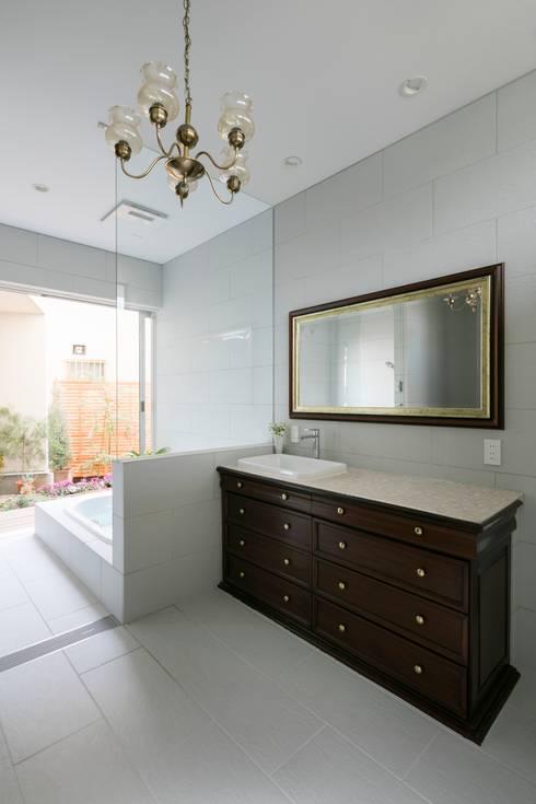 ORIENTAL SKY HOUSE: 株式会社横山浩介建築設計事務所が手掛けた浴室です。