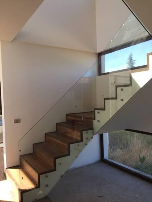 Construcción de Casa en Santiago por ARQSOL: Escaleras de estilo  por Arqsol