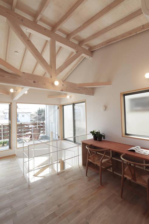 湯上りバルコニーのある家: 遠藤浩建築設計事務所 H,ENDOH  ARCHTECT  &  ASSOCIATESが手掛けたリビングです。