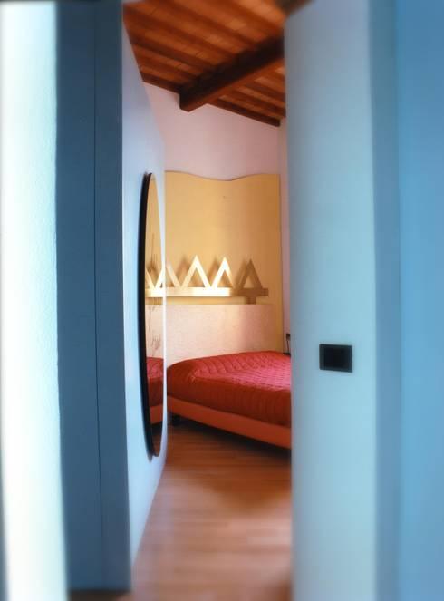 Ristrutturazione in centro storico: Camera da letto in stile  di Studio Galantini