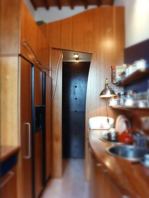 Ristrutturazione in centro storico: Cucina in stile  di Studio Galantini