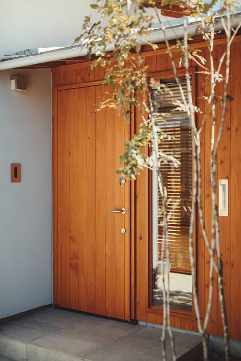 倉のある家: 稲山貴則 建築設計事務所が手掛けた玄関ドアです。