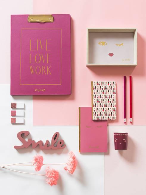Ve la vida de color de rosa con la tendencia Miss Bloom: Dormitorios de estilo  de MAISONS DU MONDE