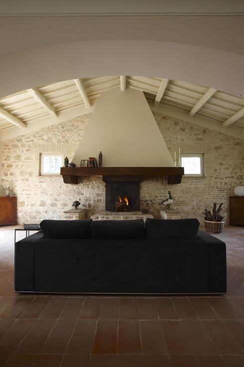 Casale T: Soggiorno in stile  di GIAN MARCO CANNAVICCI ARCHITETTO