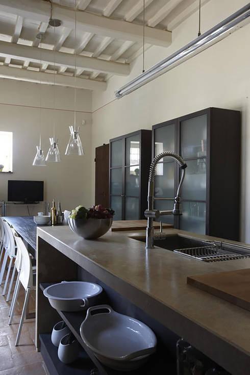 Casale T: Cucina in stile  di GIAN MARCO CANNAVICCI ARCHITETTO