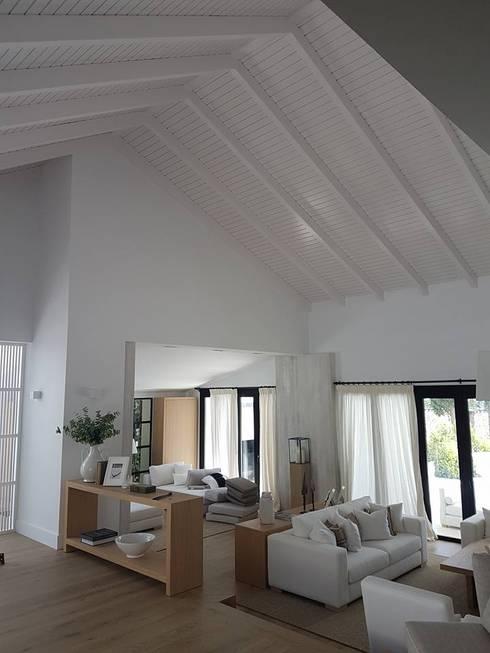 Salas de estar  por ESTRUCTURAS DE MADERAS RIGÓN, S.L.U.