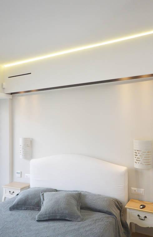 Camera da letto - letto matrimoniale: Camera da letto in stile  di odap - arch. matteo pavese