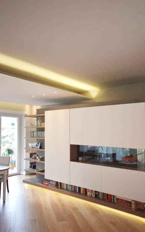 Open space con mobile divisorio: Sala da pranzo in stile  di odap - arch. matteo pavese