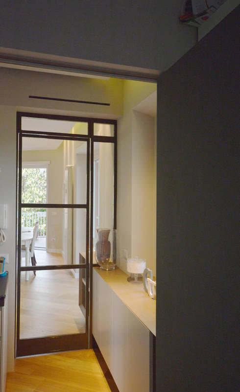 Corridoio: Ingresso & Corridoio in stile  di odap - arch. matteo pavese