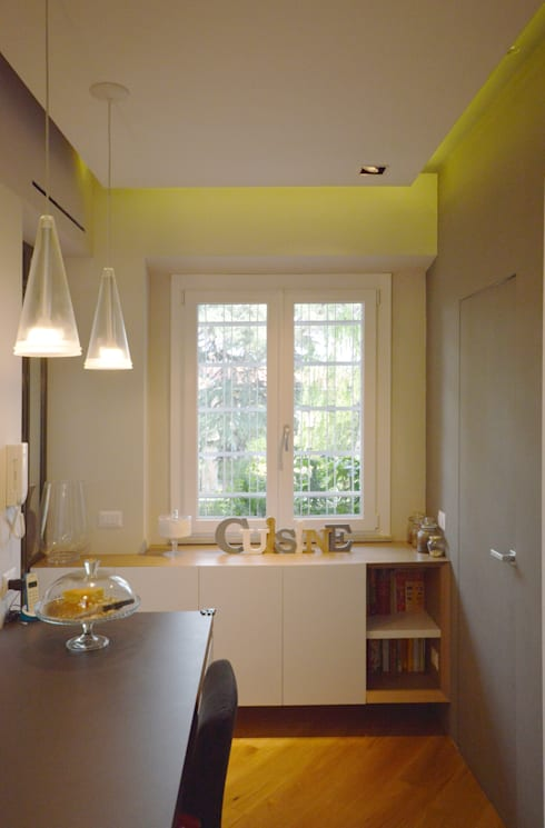 Cucina con toni del giallo e del grigio: Cucina in stile  di odap - arch. matteo pavese