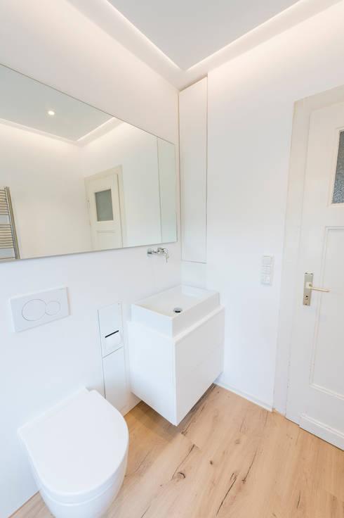 Waschtisch mit großem Spiegel:  Badezimmer von hysenbergh GmbH | Raumkonzepte Duesseldorf