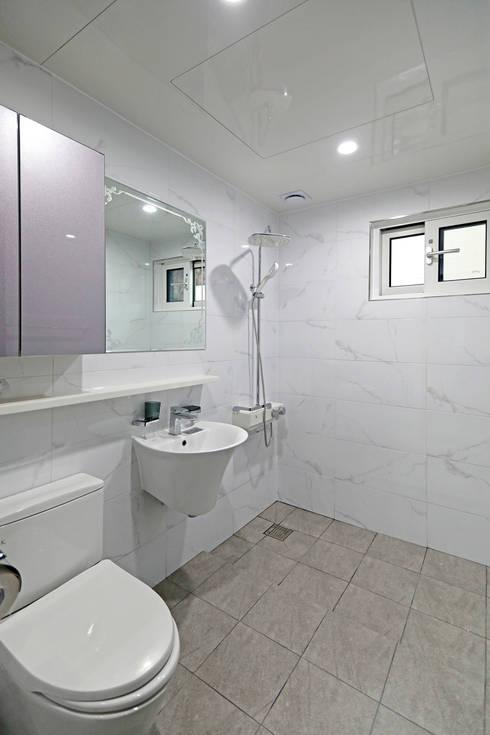 Bathroom by 하우스톡