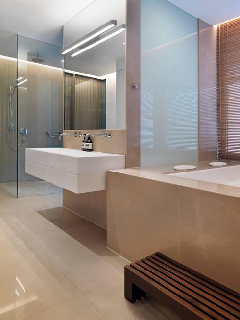 張宅 Chang Residence:  浴室 by  何侯設計   Ho + Hou Studio Architects
