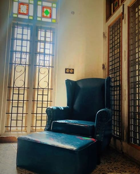 Rima and Devaiah's Residence :  Living room by Sandarbh Design Studio