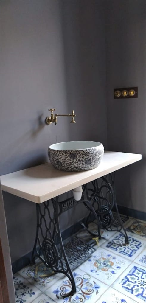 Rima and Devaiah's Residence :  Bathroom by Sandarbh Design Studio
