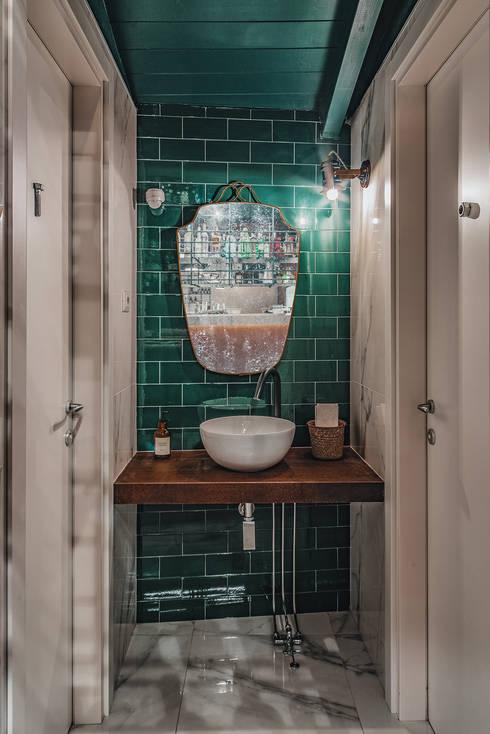 Bagno: Bar & Club in stile  di manuarino architettura design comunicazione
