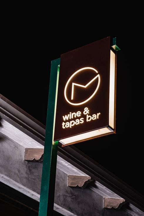 Insegna: Bar & Club in stile  di manuarino architettura design comunicazione