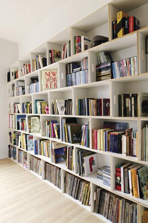 Librería modular de pared BrickBox: Salones de estilo  de BrickBox - Portable Shelving Modular System