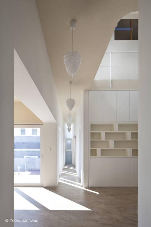 Koridor dan lorong by 건축사사무소 모뉴멘타