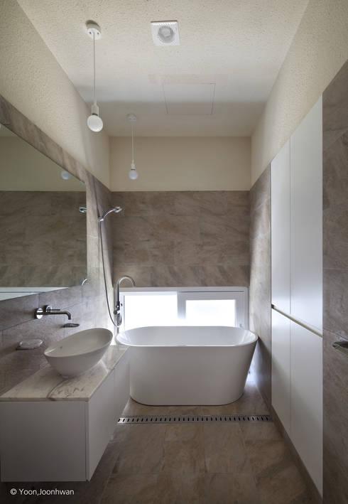 Bathroom by 건축사사무소 모뉴멘타