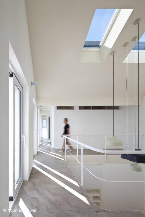Pasillos y recibidores de estilo  por 건축사사무소 모뉴멘타