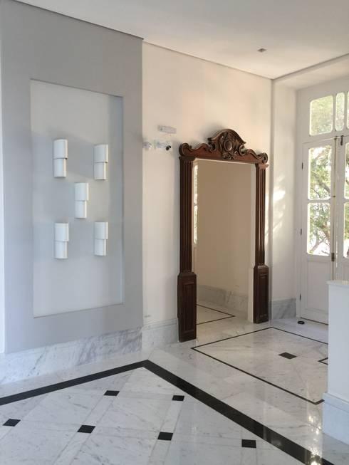 Acesso lateral ao mezanino.: Portas  por Carlos Eduardo de Lacerda Arquitetura e Planejamento