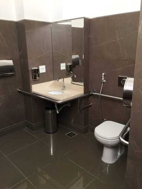 Banheiro acessível: Banheiros  por Carlos Eduardo de Lacerda Arquitetura e Planejamento