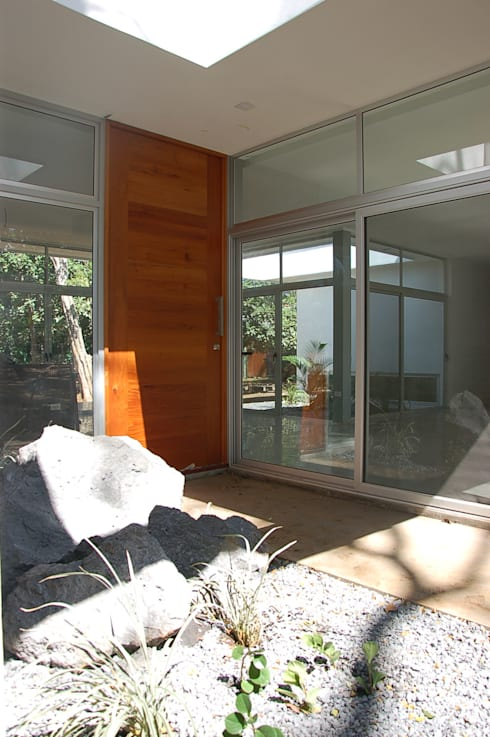 Дверi by SMF Arquitectos  /  Juan Martín Flores, Enrique Speroni, Gabriel Martinez