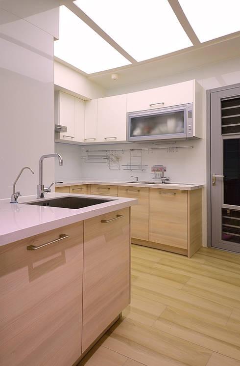 美式風格居家空間:  廚房 by 大觀創境空間設計事務所