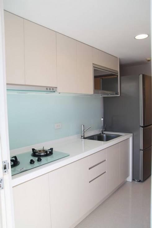 一字型的廚房必須善用收納空間:  系統廚具 by 勻境設計 Unispace Designs