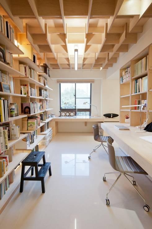 大量的書架讓收納不成問題:  書房/辦公室 by 直方設計有限公司
